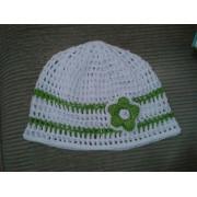 Háčkovaná čepička - bílá se zelenými pruhy